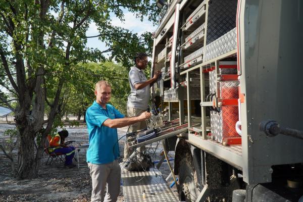 Bild 1 von 15: Der Hydrogeologe Martin Quinger führt mit einem mobilen Labor regelmäßig Qualitätskontrollen des Trinkwassers im Norden Namibias durch.
