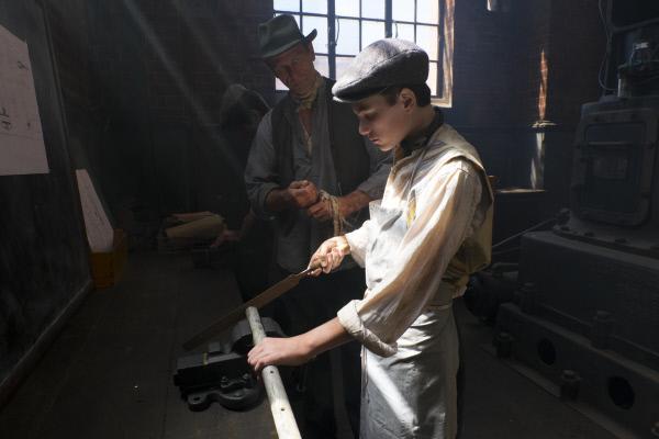 Bild 1 von 11: Spielszene: Gustav Weißkopf (Darsteller unbekannt) während seiner Ausbildung als Schlosser.