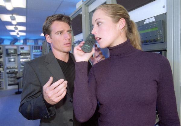 Bild 1 von 8: Tom (René Steinke) überprüft mit Anja Dahlhaus (Stefanie Mensing) einen Anrufbeantworter via Fernabfragen. Dabei erkennt er die Stimme eines Verdächtigen.