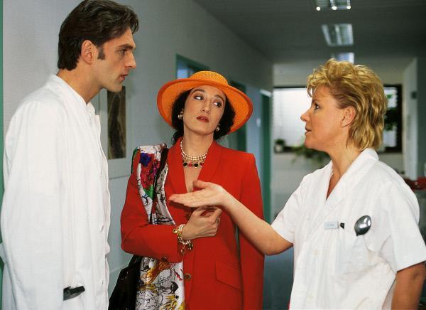 Bild 1 von 10: Nikola (Mariele Millowitsch, r.) wird in Schmidts (Walter Sittler) Streit mit seiner Ex-Frau Yvonne (Konstanze Breitebner) hineingezogen.