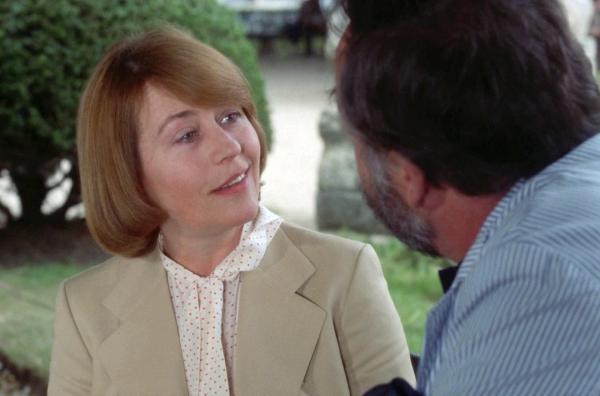 Bild 1 von 7: Lise (Annie Girardot) versucht, ihrem Liebhaber Antoine (Philippe Noiret) ihren Beruf als Polizeikommissarin zu verheimlichen, da dieser einen Hass auf die Staatsgewalt hat.