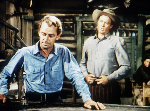 Bild 1 von 3: Shane (Alan Ladd) will sich von dem Cowboy Chris (Ben Johnson) nicht provozieren lassen.
