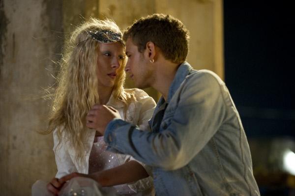 Bild 1 von 22: Als Miles (Aldo Maland, r.) Hanna (Saoirse Ronan, l.) k?ssen m?chte, erlebt er sein blaues Wunder ...