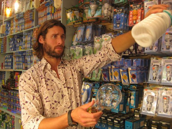 """Bild 1 von 3: Ökologe David de Rothschild stellt in """"Eco Trip - Der Preis der Verschwendung"""" alltägliche Produkte und ihre Entstehungswege vor: die Glühbirne ..."""