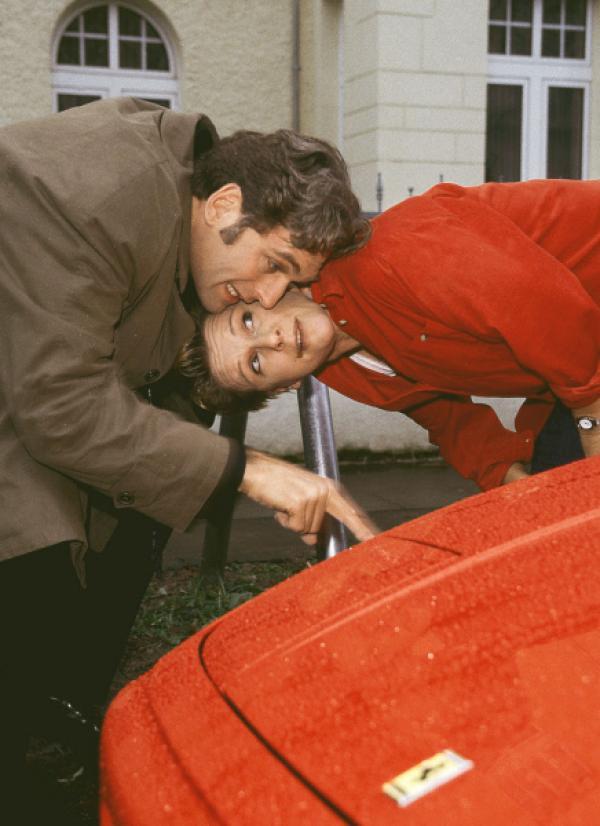Bild 1 von 7: Schmidt (Walter Sittler) zeigt Nikola (Mariele Millowitsch) den Kratzer an seinem Ferrari, der angeblich von Tewes Fahrrad stammt.