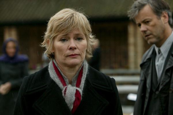 Bild 1 von 3: Dr. Laura Hobson (Clare Holman) wird nicht nur mit rätselhaften Mordfällen konfrontiert, sondern auch mit ihrem ehemaligen Liebhaber Alec Pickman (Rupert Graves). Für Inspector Lewis steht fest, dass das Motiv für die Morde in Hobsons Vergangenheit zu finden ist.