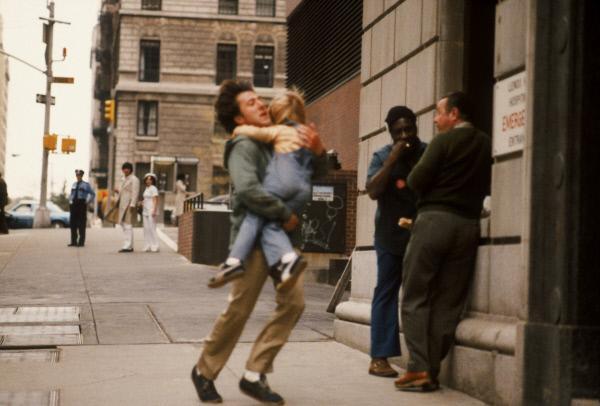 Bild 1 von 12: Nachdem er von einem Klettergerüst gefallen ist, muss Ted (Dustin Hoffman, l.) seinen kleinen Sohn Billy (Justin Henry) schnell in eine Notaufnahme bringen.
