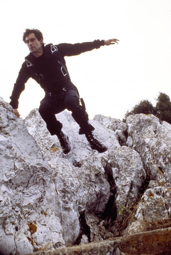 Bild 1 von 9: Nach einigen tödlichen Angriffen auf Agenten soll James Bond (Timothy Dalton) den KGB-General Georgi Koskov zur Flucht in den Westen verhelfen. Auf seiner gefährlichen Mission stößt er auf einige Unstimmigkeiten - wer spielt hier ein falsches Spiel?