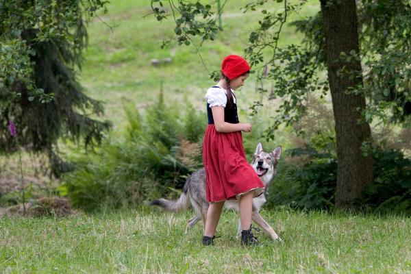 Bild 1 von 4: Rotkäppchen (Kathleen Frontzek) hat noch keine Angst vor dem Wolf.