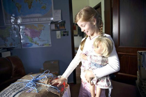 Bild 1 von 21: Als das Geburtstagsgeschenk von Onkel Mark aus der Südsee ankommt, ist Betty (Kara Mc Sorley) schon ganz neugierig und macht eine wundersame Entdeckung ...