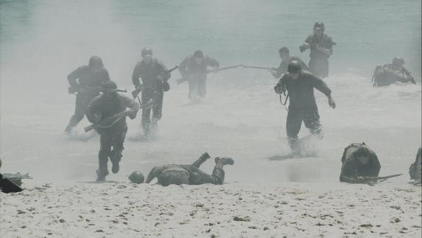 Bild 1 von 6: Amerikanische Soldaten bei der Landung an der französischen Normandie am Ende des zweiten Weltkriegs.