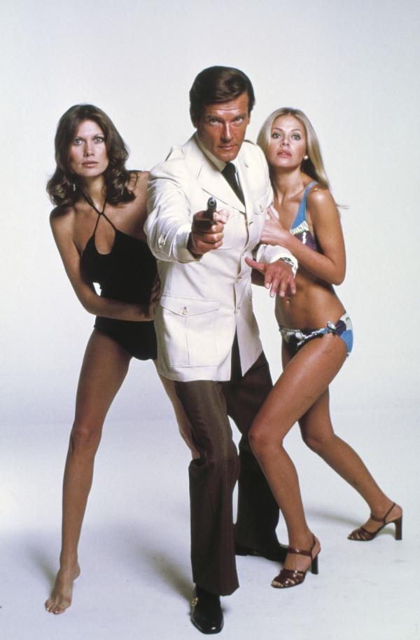 Bild 1 von 10: Andrea (Maud Adams, l.), James Bond (Roger Moore), Mary Goodnight (Britt Ekland)