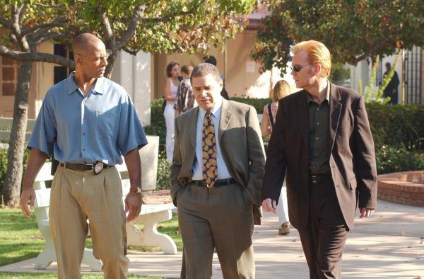 Bild 1 von 12: v.li. Detective Bernstein (Michael Whaley), Darst. unbekannt, Horatio (David Caruso)