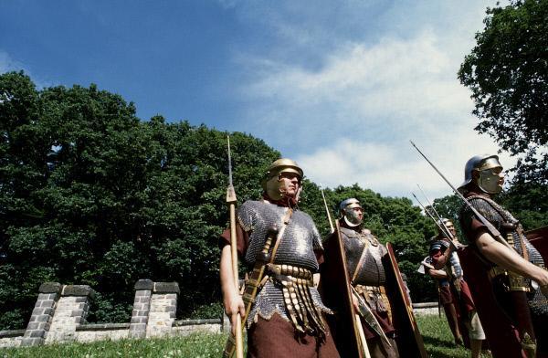 Bild 1 von 1: Impressionen eines Römerfestes auf der Saalburg bei Bad Homburg im Taunus. Solcherart gingen die Soldaten der Limeskastelle auf Patrouille, um germanische Banden am illegalen Grenzübertritt zu hindern.