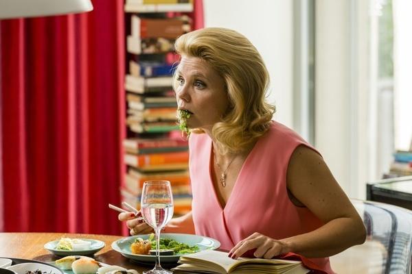 Bild 1 von 5: Conny (Annette Frier) verschluckt sich fast, als sie beim Abendessen erfährt, dass sich ihr Mann scheiden lassen will.