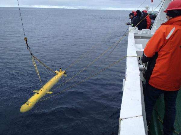 Bild 1 von 5: Mit hoch entwickelten Sonargeräten tasten Wissenschaftler zentimeterweise den Meeresboden ab. Wochenlang waren sie im Polarmeer unterwegs, um nach den verschollenen Wracks der Franklin-Expedition zu fahnden.
