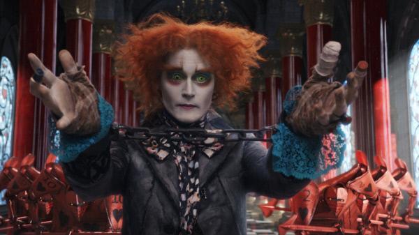 Bild 1 von 19: Um der Hinrichtung zu entgehen, bietet der verrückte Hutmacher (Johnny Depp) der Roten Königin an, ihr Hüte anzufertigen, die sie noch außergewöhnlicher machen, als sie ohnehin schon ist. Wird sie sein Angebot annehmen und ihm tatsächlich die Fesseln abnehmen lassen?