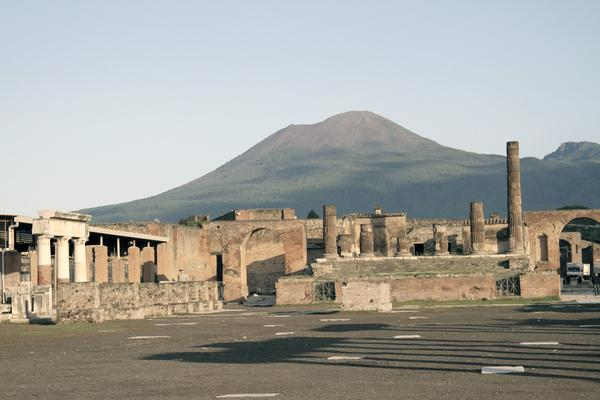 Bild 1 von 4: Blick auf den Jupitertempel von Pompeji, einen der spektakulärsten Ausgrabungsorte der Welt im Schatten des Vesuvs.