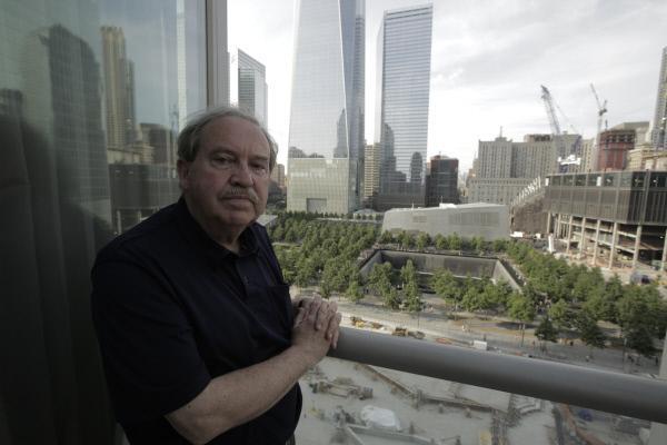 Bild 1 von 1: Frank Greening, vor dem neuen Freedom Tower in New York, ist einer der Experten, die in dieser Doku zum 11. September 2001 zu Wort kommen.