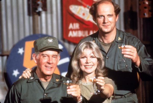 Bild 1 von 17: (v.l.) Colonel Sherman T. Potter (Harry Morgan), Major Margaret Houlihan (Loretta Swit) und Major Charles Winchester (David Ogden Stiers)