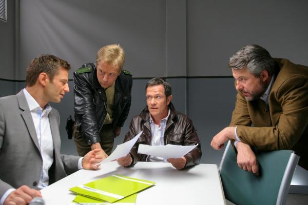 Bild 1 von 6: Die Rosenheim-Cops, Sven Hansen (Igor Jeftic, l.), Michael Mohr (Max Müller, 2.v.l.) und Anton Stadler (Dieter Fischer, r.) vermuten, dass Sporthausbesitzer Robert Müller (Michael Schlenger, 2.v.r.) zum Mörder wurde.