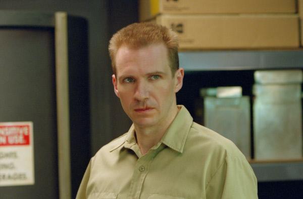Bild 1 von 15: Traumatische Ereignisse in seiner Kindheit haben Francis Dolarhyde (Ralph Fiennes) für das Leben gezeichnet.