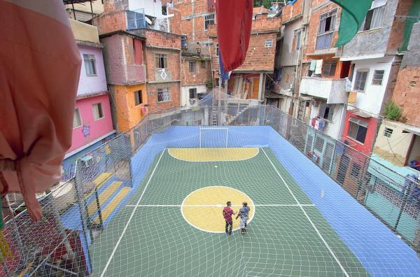 Bild 1 von 2: Trotz Platzmangel haben es die Bewohner der Favelas geschafft, Räume für sozialen Austausch zu schaffen - wie diesen Fußballplatz.