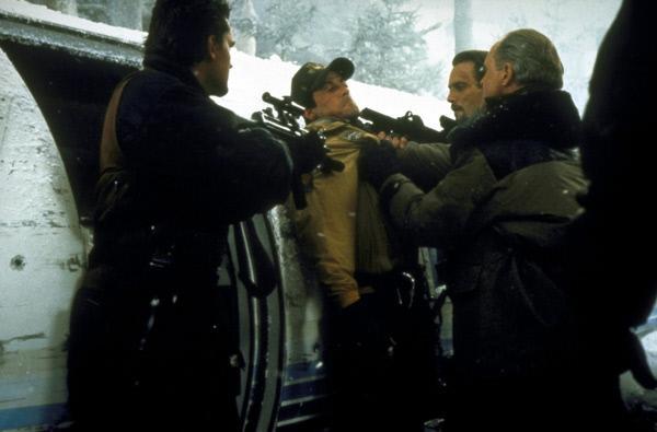 Bild 1 von 20: Gangster-Boss Eric Qualen (John Lithgow, r.) und seine Handlanger locken Gabe Walker (Sylvester Stallone, M.) in eine Falle ...
