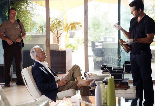 Bild 1 von 15: Eine Spur führt Ermittler Jesse Cardoza (Eddie Cibrian, r.) zu dem Ehemann der Hauptverdächtigen, Dean Collins (John Terry, sitz.).