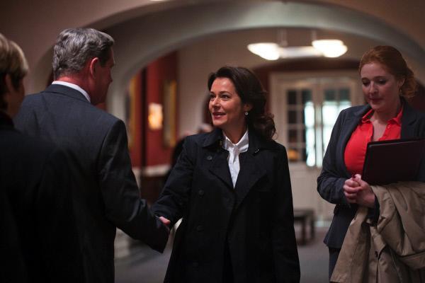 Bild 1 von 4: Birgitte Nyborg (Sidse Babett Knudsen, Mi.) kommt nach ihrer Zeit als Premierministerin zu Besuch nach Christiansborg und trifft dort auf den amtierenden Premier und Rivalen Lars Hesselboe (li.).