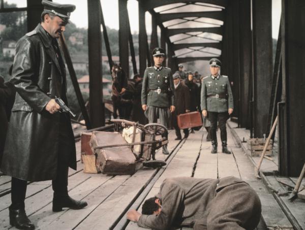 Bild 1 von 6: Major Paul Krüger (Robert Vaughn,l.) erschiest einen Deserteur.