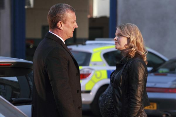 Bild 1 von 5: DCI Alan Banks (Stephen Tompkinson) und DS Annie Cabbott (Andrea Lowe) besprechen die neusten Ergebnisse.
