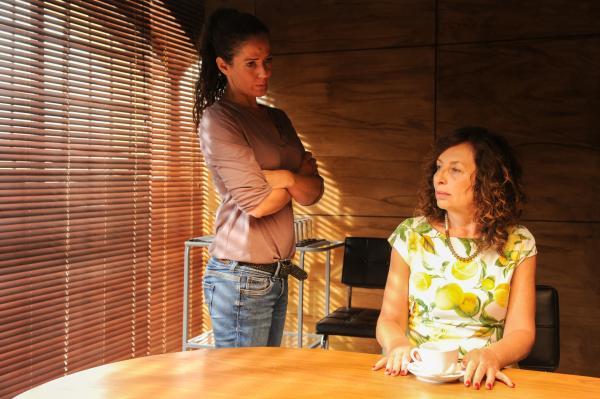 Bild 1 von 4: Selma Kirsch (Yve Burbach, l.) befragt Ilona Zoller (Teresa Harder), die Besitzerin des Beautysalons. Sie hatte dem Opfer vor Kurzem den Mietvertrag gekündigt.