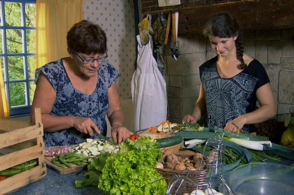 Bild 1 von 4: Agathe hilft ihrer Mutter Jacqueline in der Küche.