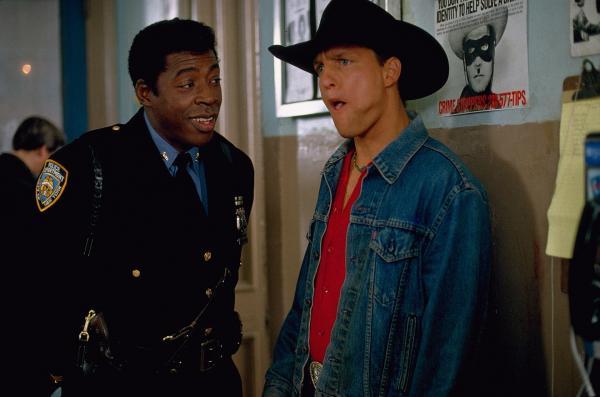 Bild 1 von 5: Der aufrichtige Officer Sam Shaw (Ernie Hudson, l.) stellt Pepper Lewis (Woody Harrelson, r.) seine Hilfe zur Verfügung.