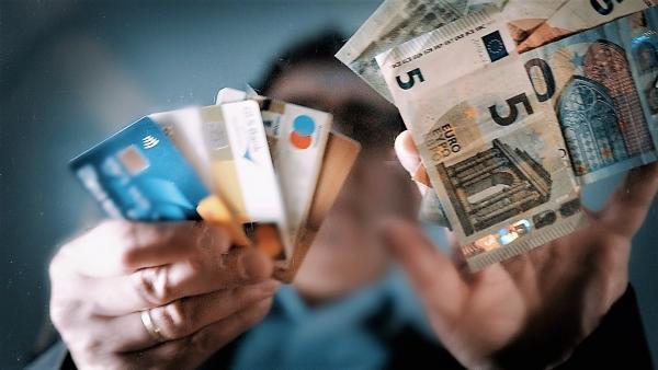 Bild 1 von 3: Kartenzahlung verdrängt Barzahlung .