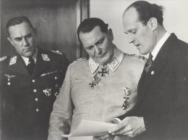 Bild 1 von 1: Oberbefehlshaber der deutschen Luftwaffe, Hermann Göring (M.), mit seinem Adjutanten Karl Bodenschatz (l.) und dem Ingenieur Willy Messerschmitt (r.).