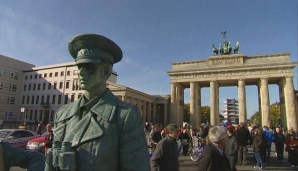 Bild 1 von 1: Das Brandenburger Tor in Berlin lockt täglich zahlreiche Touristen an.