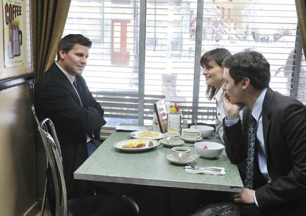 Bild 1 von 24: Booth (David Boreanaz, l.) sitzt mit Brennan (Emily Deschanel) und Sweets (John Francis Daley) im Father's, als er draußen eine interessante Beobachtung macht, die sein Interesse weckt.