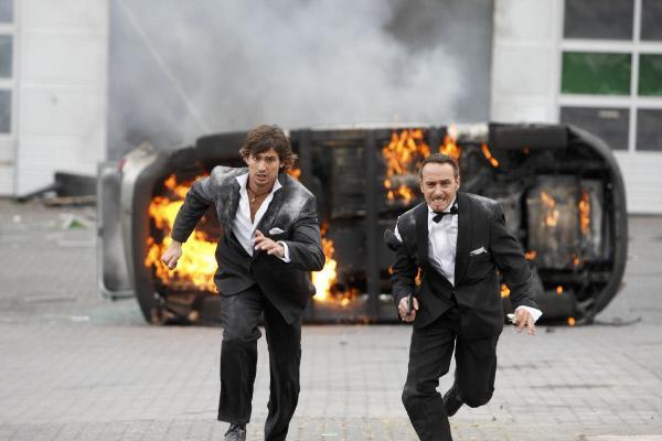 Bild 1 von 29: Ben (Tom Beck, l.) und Semir (Erdogan Atalay) können sich in letzter Sekunde in Sicherheit bringen, bevor die KTU explodiert...