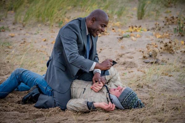 Bild 1 von 10: Nach einer kurzen Verfolgungsjagd, bekommt Mark (Paterson Joseph, l.) den vermissten Sam (James Burrows, r.) endlich zu fassen und gibt sich als Polizist zu erkennen.