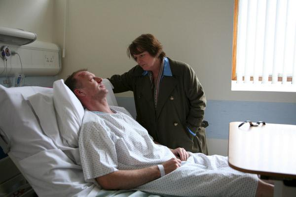 Bild 1 von 6: DCI Vera Stanhope (Brenda Blethyn) befragt Keith Mantel (Hugo Speer), den Vater der ermordeten Abigail. Diese war auf einem Feld in der Nähe ihres Wohnortes, erdrosselt aufgefunden worden.