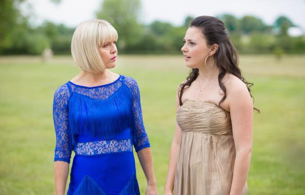 Bild 1 von 3: Agatha Raisin (Ashley Jensen) und Toni Gilmour (Jodie Tyack) unterhalten sich auf der Verlobungsfeier über den aktuellen Fall.
