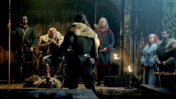Bild 1 von 13: Beowulf tritt vor König Hrothgar und bietet ihm seine Hilfe an. Er will das dänische Königreich vom Monster Grendel befreien.
