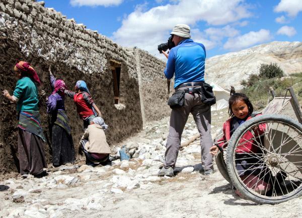 Bild 1 von 2: Manuel Bauer fotografiert die Bauarbeiten in Namashung