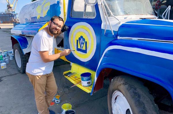 Bild 1 von 3: Graffiti-Künstler Alexej bemalt alte Sowjettechnik. Er möchte in keiner anderen Stadt als Odessa leben: Die Metropole ist seine Inspirationsquelle.