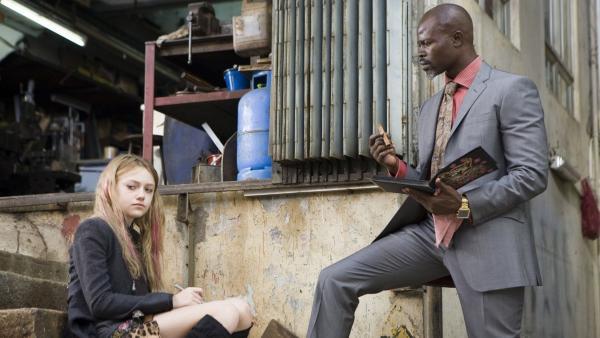 Bild 1 von 6: Cassie (Dakota Fanning) und Agent Carver (Djimon Hounsou).