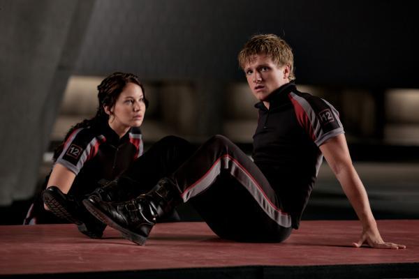 Bild 1 von 22: Tragisch: Peeta (Josh Hutcherson, r.) liebt Katniss (Jennifer Lawrence, l.), aber nur einer der beiden kann die Arena lebend verlassen ...