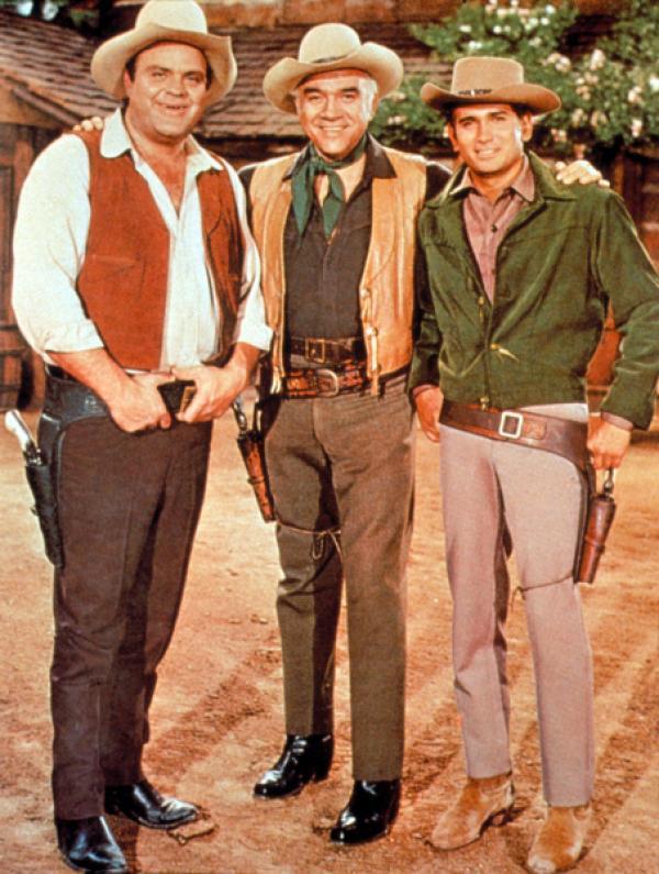 Bild 1 von 22: Auf der Ponderosa-Ranch lebt Ben Cartwright (Lorne Greene, M.) mit seinen drei Söhne Adam, Hoss (Dan Blocker, l.) und Little Joe (Michael Landon, r.). Der Wilde Westen hält für die Männer etliche Herausforderungen parat, die es gemeinsam zu meistern gilt ...