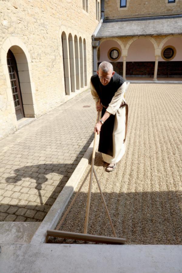 Bild 1 von 4: Zisterziensermönch Bernard lebt in der Orval-Abtei in Südbelgien: Er interessiert sich für Zen-Philosophie, hat einen Steingarten angelegt und ist davon überzeugt, dass sich Zisterzienser- und Zen-Architektur perfekt ergänzen.